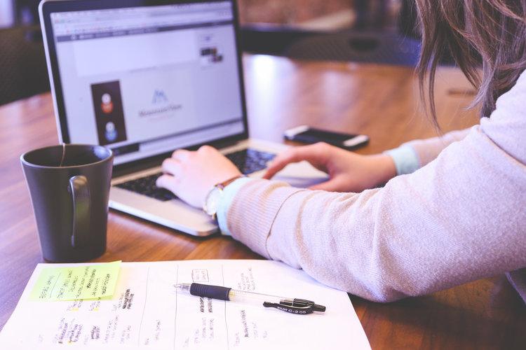 woman-working-on-mac